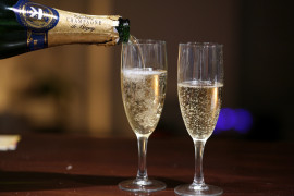 Pouring_champagne